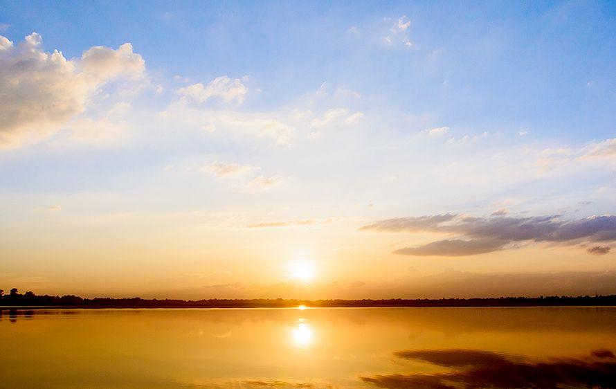 天から日の光が差し込むイメージ